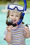 El niño aprende nadar. Foto de archivo