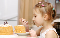 El niño come en la tabla Imágenes de archivo libres de regalías
