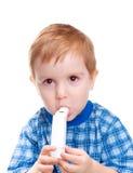 El niño con el inhalador hace procedimiento de la medicina Imagen de archivo