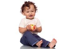 El niño con una manzana. Fotografía de archivo