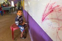 El niño en la lección en la escuela del camboyano del proyecto embroma cuidado Fotos de archivo