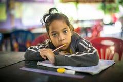 El niño en la lección en la escuela del camboyano del proyecto embroma cuidado Imagen de archivo
