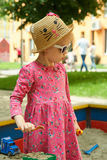 El niño en patio en parque del verano Fotografía de archivo