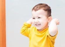 El niño feliz aumentó sus manos para arriba Foto de archivo libre de regalías