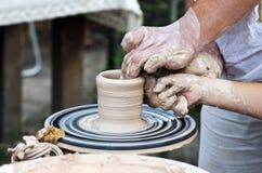 el niño hace una jarra en una rueda de la cerámica Foto de archivo libre de regalías