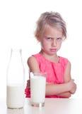 El niño no le gusta la leche Imagen de archivo libre de regalías