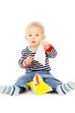 El niño pequeño consigue los trapos mojados, y se juega Imagen de archivo libre de regalías