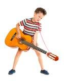 El niño pequeño juega el país de la guitarra Imagen de archivo