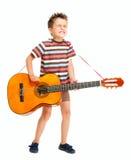 El niño pequeño juega el país de la guitarra Imagen de archivo libre de regalías