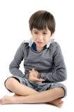 El niño pequeño tiene dolor de estómago en el fondo blanco Fotografía de archivo libre de regalías