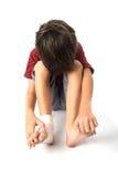 El niño pequeño tiene un accidente con su vendaje de la necesidad de la pierna para los primeros auxilios en el baclground blanco Fotos de archivo