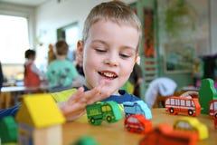 El niño que juega Foto de archivo libre de regalías
