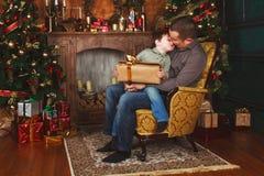 El niño recibió un regalo de su padre Fotos de archivo libres de regalías