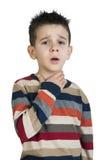 El niño tiene el enfermo de la garganta dolorida Imagen de archivo