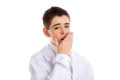 El niño vestido como doctor está bostezando Imagenes de archivo