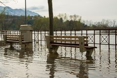 El nivel del agua aumentado del río llega en la acera fotografía de archivo libre de regalías