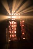 El novato interior de la pagoda se está vistiendo bajo rayo de la luz Fotos de archivo