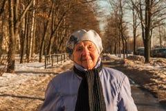 El noventa caminar de la mujer de los años Imagen de archivo libre de regalías
