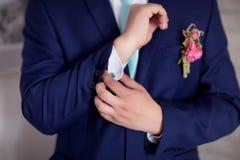 El novio abotona el puño Fotos de archivo libres de regalías