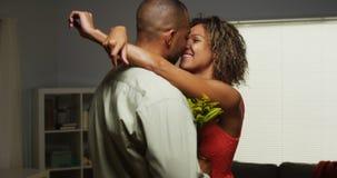 El novio africano sorprende a la novia con las flores Fotos de archivo