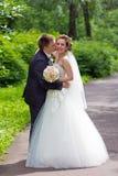 El novio besa a la novia Foto de archivo libre de regalías