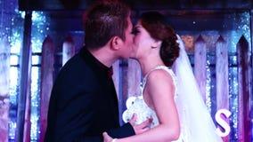 El novio besa a la novia en la ceremonia tradicional del pastel de bodas metrajes