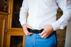 El novio consigue vestido en desgaste formal Foto de archivo libre de regalías