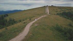 El novio corre con la novia en las colinas de una montaña Tiro a?reo del abej?n metrajes