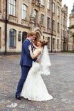 El novio de la novia abrazado suavemente Foto de archivo