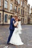 El novio de la novia abrazado suavemente Fotos de archivo