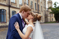 El novio de la novia abrazado suavemente Imagen de archivo libre de regalías