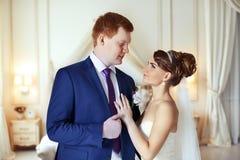 El novio de la novia abrazado suavemente Imagenes de archivo
