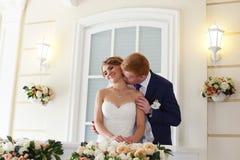 El novio de la novia abrazado suavemente Foto de archivo libre de regalías
