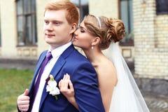 El novio de la novia abrazado suavemente Fotografía de archivo libre de regalías