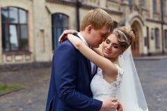 El novio de la novia abrazado suavemente Fotos de archivo libres de regalías