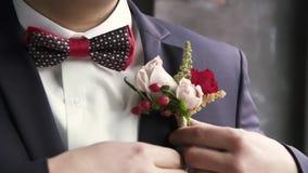 El novio endereza el ojal, casandose almacen de video