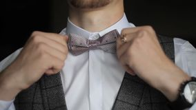 El novio endereza una corbata de lazo almacen de video