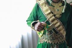 El novio está presentando en el vestido tradicional de Bugis Fotografía de archivo libre de regalías