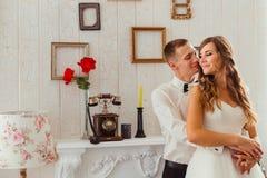 El novio feliz abraza a su novia de pelo largo de detrás Imagenes de archivo