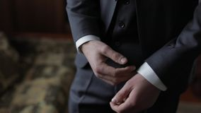 El novio hermoso fija sus pu?os en una chaqueta Ma?ana de la boda Hombre de negocios almacen de video