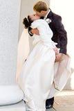 El novio lleva a cabo la pierna de la novia Fotos de archivo libres de regalías