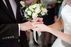 El novio lleva el anillo Imágenes de archivo libres de regalías