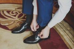 El novio lleva los zapatos Estilo del asunto Fotografía de archivo libre de regalías