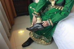 El novio Men vestido en las aduanas de Bugis se está preparando antes de casarse Fotografía de archivo