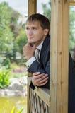 El novio mira para arriba - un retrato Imagen de archivo