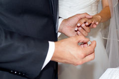 Intercambio del anillo de la ceremonia de boda Imagen de archivo libre de regalías