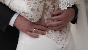 El novio puso su mano en la cintura de la novia almacen de video