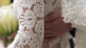 El novio puso su mano en la cintura de la novia almacen de metraje de vídeo