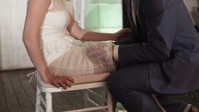 El novio saca la liga de la pierna de la novia almacen de video