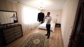El novio valeroso viste traje de la boda Él sostiene un ramo en sus manos Día de boda almacen de metraje de vídeo